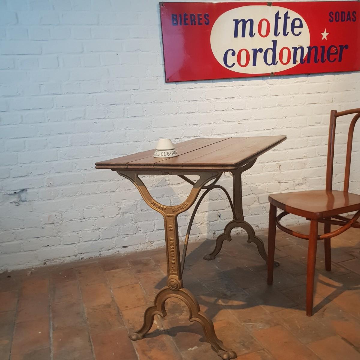 ancienne table de bistrot parisienne