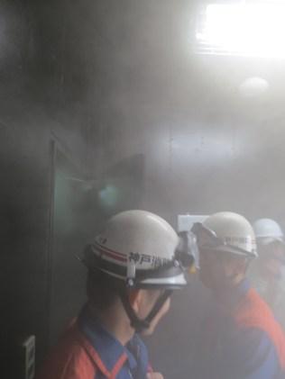 Koben palomieskoulussa on erillinen rakennus, jossa vierailijat ja palomiehet harjoittelevat toimintaa savun keskellä.