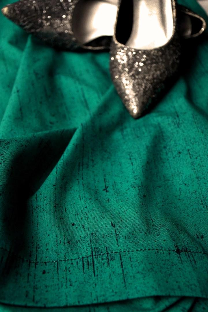 Ompelin trikoomekon Hellinin luomukankaasta. Kankaan väri on Deep Emerald/True Winter.