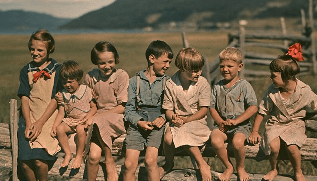 http://www.dailymail.co.uk/news/article-2271420/Wonder-years-Pictures-Americas-youth-early-20th-century-recall-bygone-age-innocence.html