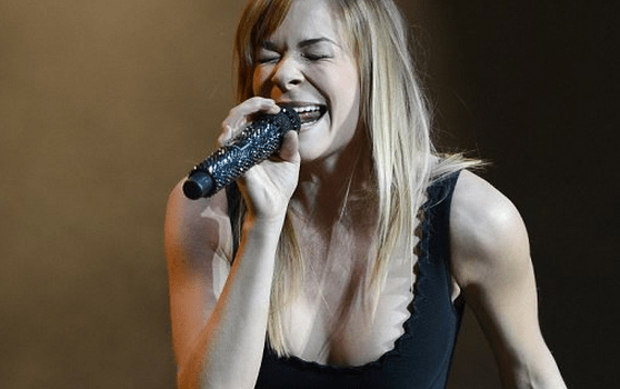 http://www.dailymail.co.uk/tvshowbiz/article-2294901/LeAnn-Rimes-left-tears-standing-ovation-putting-emotional-performance-02-arena.html