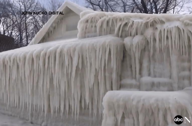 米 湖畔の家が雪祭り状態。