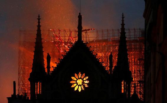 אחרי שעות ארוכות: הושגה שליטה על האש בנוטרדאם, חלק מיצירות האמנות חולצו מאת אלי ברק