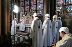 תפילות עם קסדות: מיסה ראשונה בנוטרדאם מאז השריפה