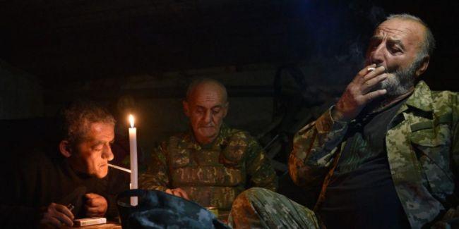מתנדבים בצבא ארמניה בשעת רגיעה במרתף בעיר שושה, נגורנו־קרבאך. צילום: AFP