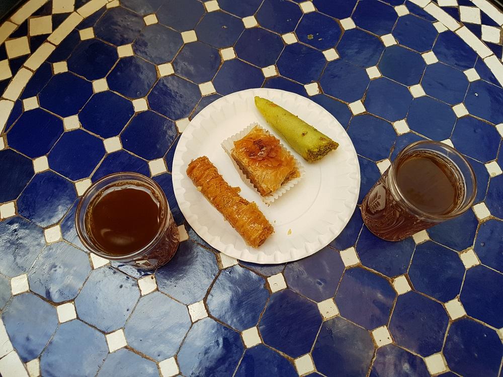 Thé à la menthe et pâtisseries orientales à la grande mosquée de Paris