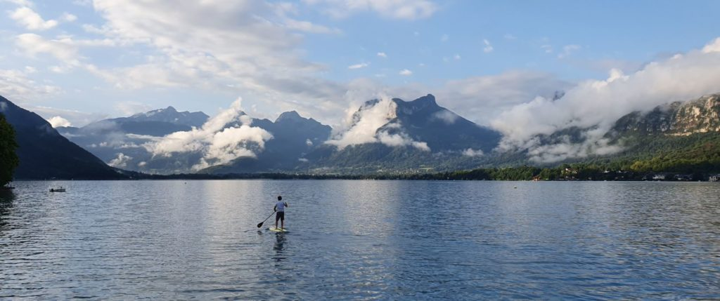Vue sur le lac d'Annecy au petit matin