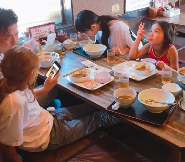 ENHYPENニキの家族がランチを食べている様子