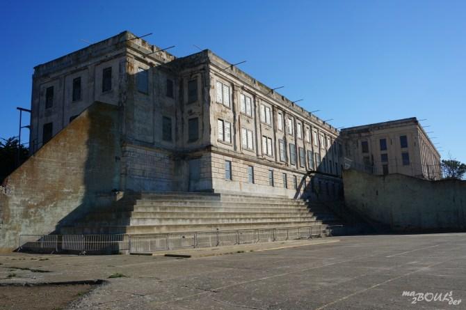 La cour et le bâtiment principal.