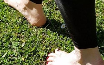 Les conseils de Maiwenn – Marcher pieds nus dans l'herbe