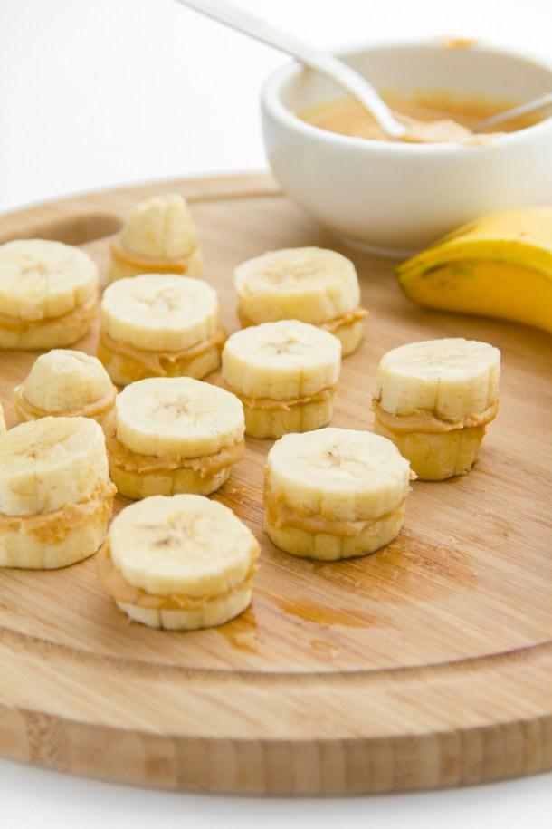 Bocados de banano, chocolate y mantequilla de maní