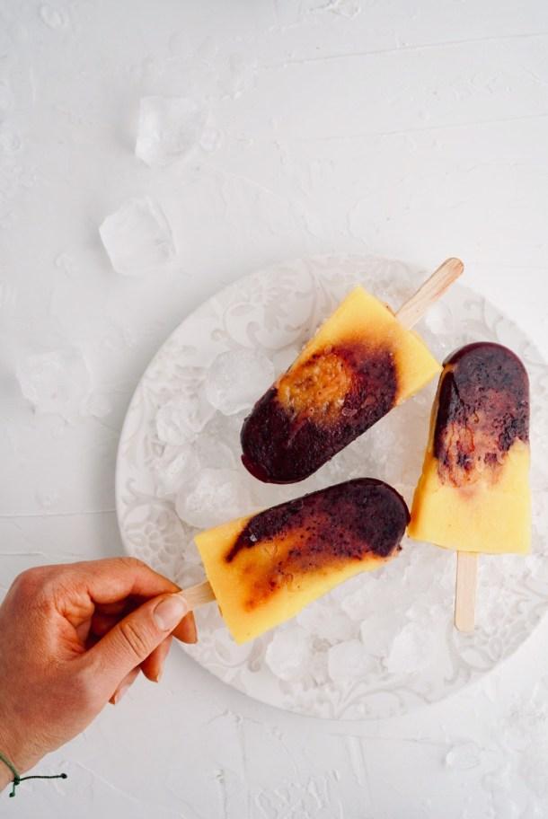 Paletas de mango y arándanos