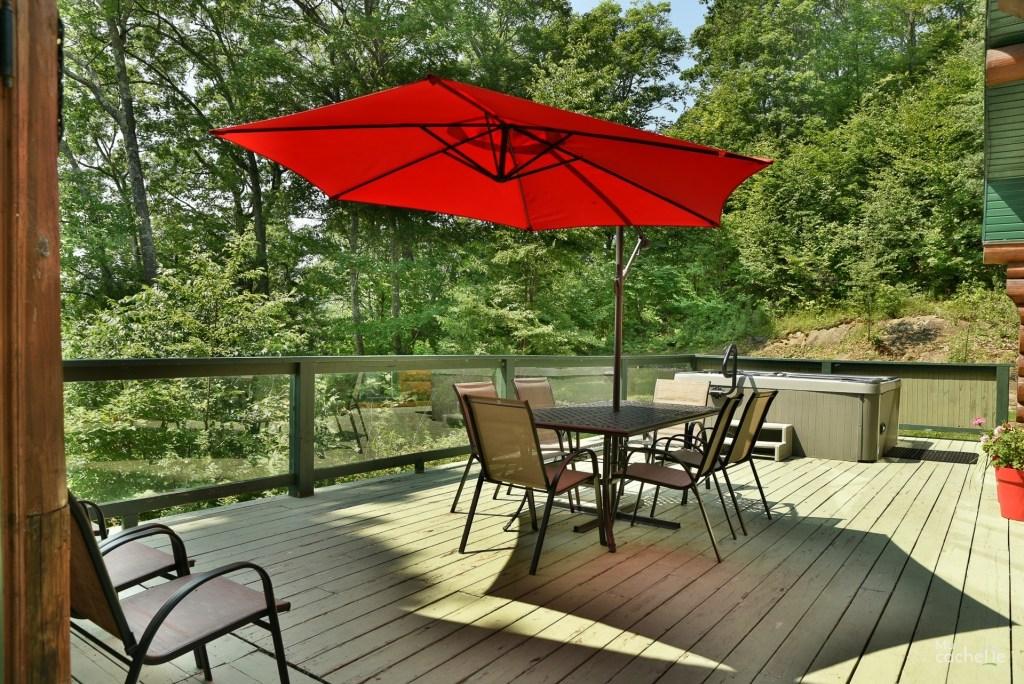 Vue d'ensemble de la terrasse avec table et spa