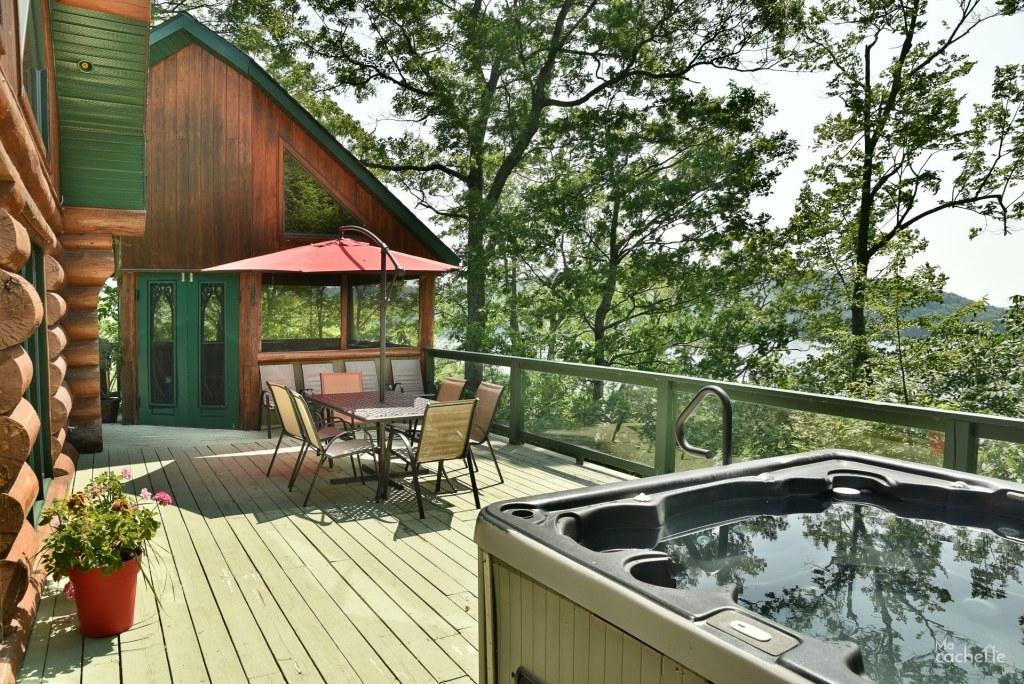 Spa sur la terrasse avec vue sur le Lac Simon