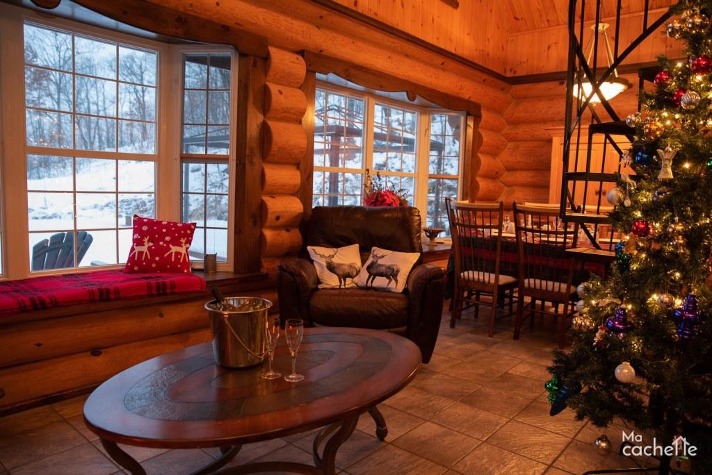 Petit Domaine forêt d'eau - Chalet bois rond à louer au Lac Simon - Salon avec fenêtres en baie avec vue sur le lac Simon en Outaouais