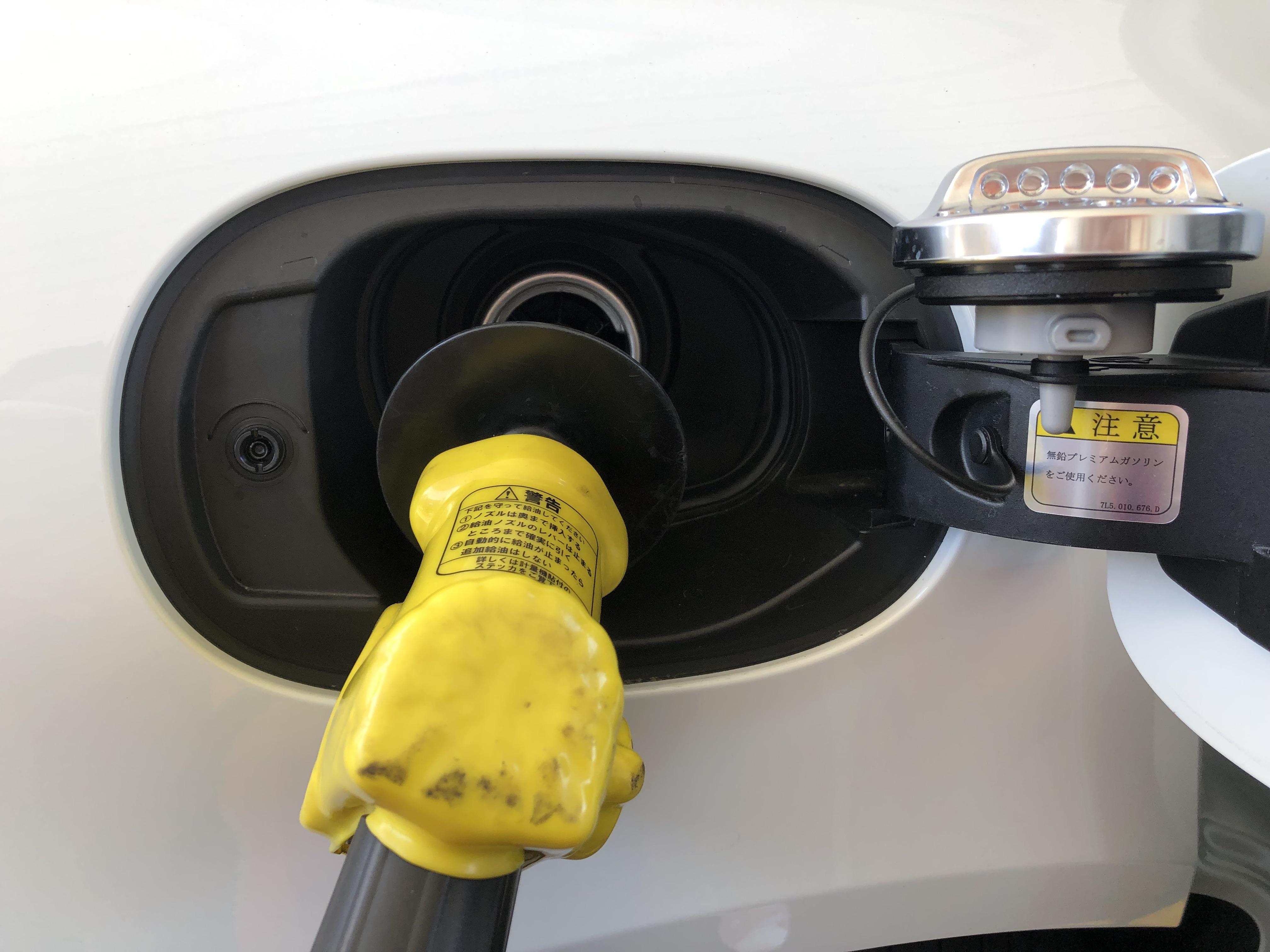 マカンS給油口にガソリンを入れている