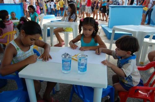 Crianças participam de atividades pedagógicas