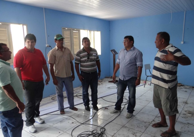 Prefeito Kerginaldo Pinto ao lado dos secretários municipais visita instalações da escola em fase final de acabamento