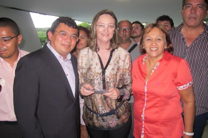 Prefeito Kerginaldo Pinto com a ministra Maria do Rosário e a deputada federal, Fátima Bezerra