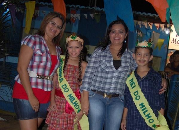As técnicas da Secretaria de Educação, Eliane Pereira e Ivanize Ribeiro coroando a rainha e o rei do milho.