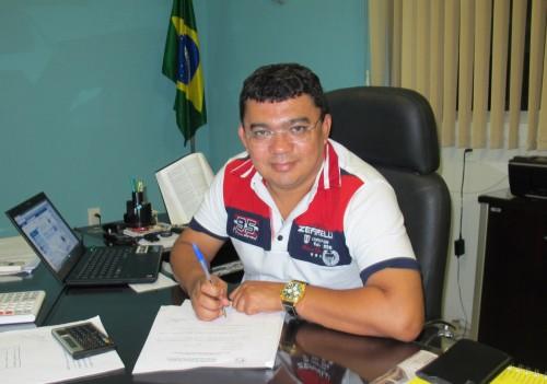 O prefeito Kerginaldo Pinto assina decreto de ponto  facultativo
