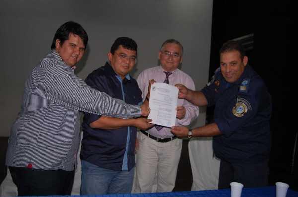 Secretário de gestão Matias júnior, Prefeito Kerginaldo, Oscar Paulino e Anselmo Sampaio exibem documento com lei sancionada