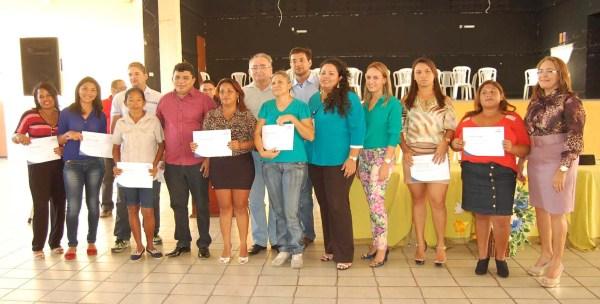 Prefeito Kerginaldo Pinto e autoridades com representantes dos seis cursos