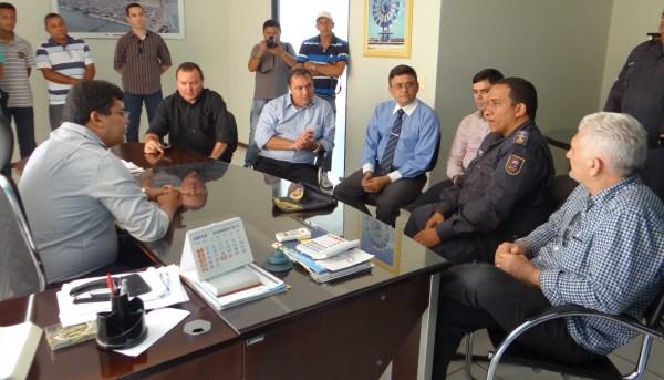Prefeito Kerginaldo em audiência com representantes da segurança pública