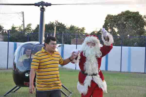Momento da chegada do Prefeito Kerginaldo com o Papai Noel