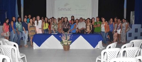 Secretarias Edineide Aurina e Josinete Martins e o vereador Lampião ladeando os alunos do Pronatec