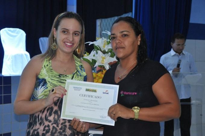 Secretária de turismo Sâmya entrega diploma