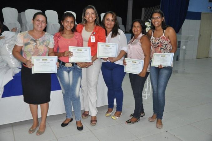 Sônia Souza, Supervisora Operacional do Senac Mossoró , ladeada pelos concluintes