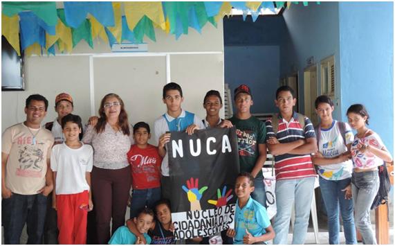 Secretária Edineide com jovens durante criação do Nuca em Macau
