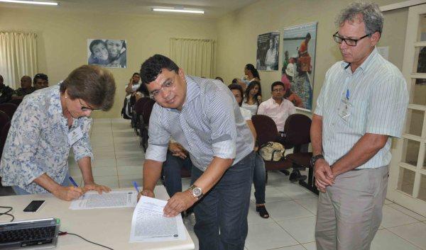 Prefeito Kerginaldo e a superintendente da SPU Yeda Cunha assinam  termo de doação na presença do representante da Petrobras