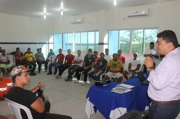 Prefeito Kerginaldo fala aos alunos na aula inaugural de curso de soldador oferecido pela Prefeitura, através do Pronatec