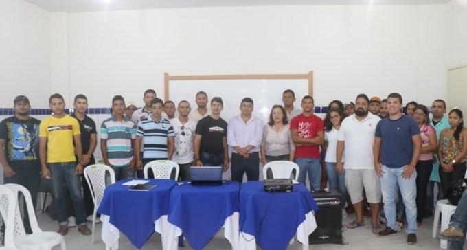 Prefeito, secretaria e instrutores com alunos da turma da tarde