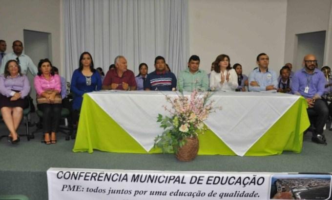 Prefeito Kerginaldo Pinto com autoridades e educadores na conferência para elaboração do PME