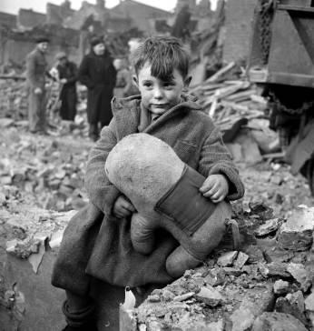 Băiat abandonat tinând în brațe un animal de pluș- Londra 1945