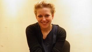 """Stine Marie Jacobsen (1977 DK) vive / trabaja en Copenhague y Berlín donde hace vídeos y actuaciones a través de la inclusión de las historias de los mismos participantes quienes encuentran su papel en verdaderos mundos """"ficticios"""". Su trabajo actual se refiere a las líneas divisorias ideológicas, políticas y culturales, y las limitaciones, así como a la adquisición de los rituales y las represiones traumáticas personales y culturales."""