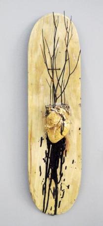 Core Skate - Modelado y ensamble de madera y yeso - 80 cms x 20 cms - 2016. Estudiante de la Academia de Artes Guerrero. La pasión que genera rodar sobre una tabla y sentirse libre se representa en un corazón inserto en una tabla, al tiempo que las ramas simbolizan el tejido de amistad y cofradía de esta tribu. Su obra presenta una instalación que expresa el sentir de una generación de skaters que a diario batallan en busca de espacios para la práctica de este deporte.