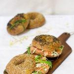 Bagel con salmone affumicato, crema di formaggio e songino