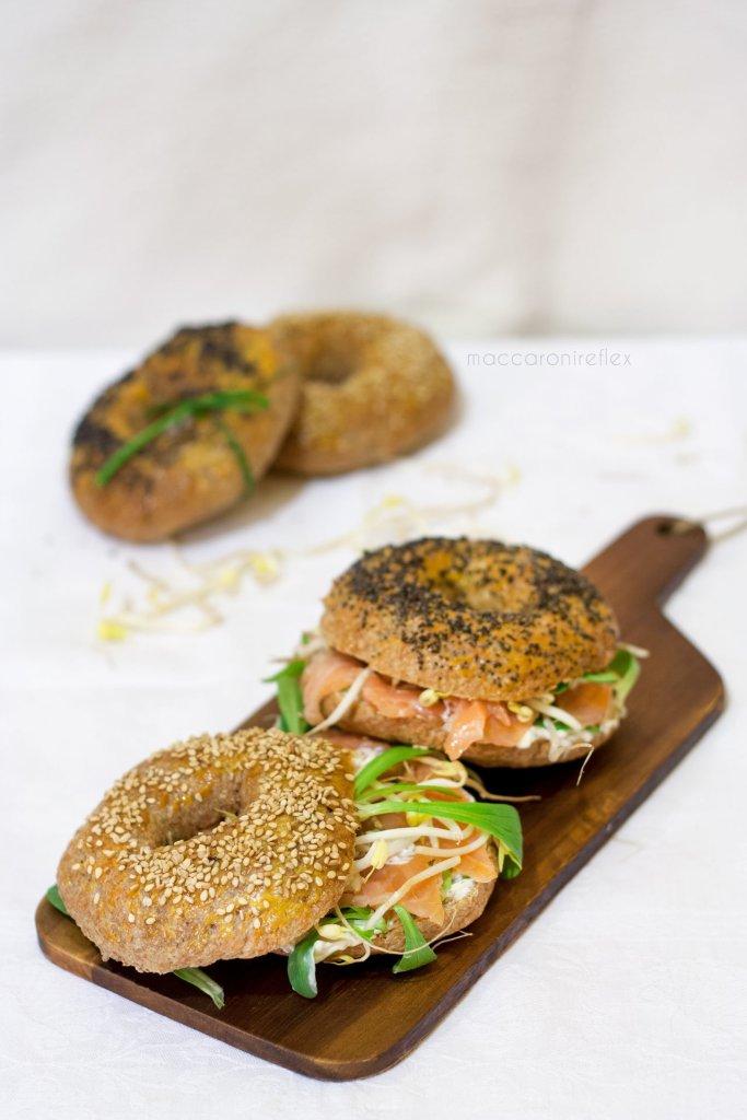 Bagel con salmone affumicato, crema di formaggio e songino per una pausa pranzo top!