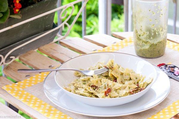 Pasta al pesto di zucchine e pomodorini secchi