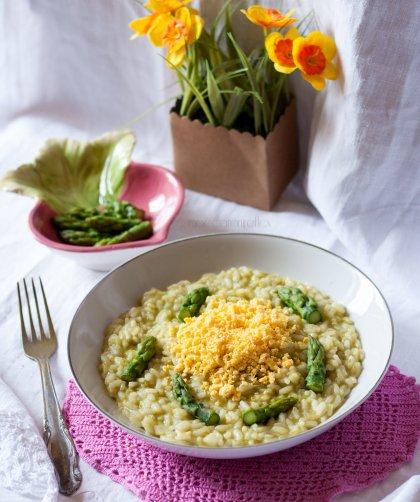 Risotto mimosa con uova e asparagi - ricetta di primavera