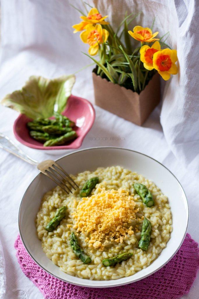 Risotto mimosa con uova e asparagi per la festa della donna