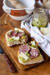 Bruschetta primaverile con pesto di fave salame e pecorino