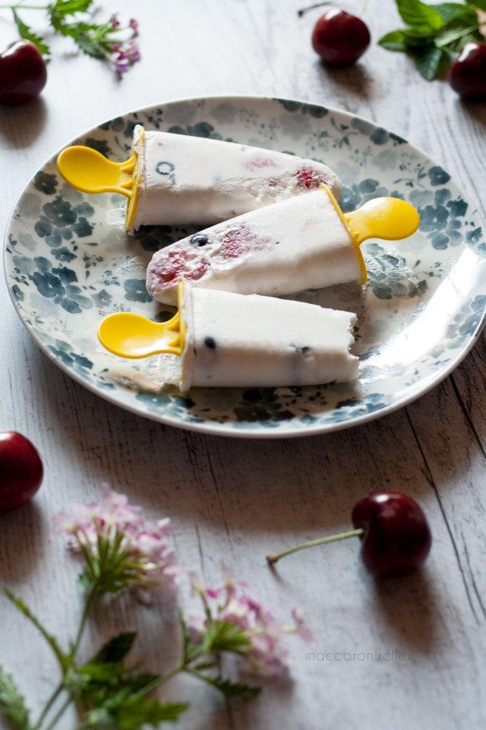 Gelati fatti in casa con yogurt e frutti di bosco
