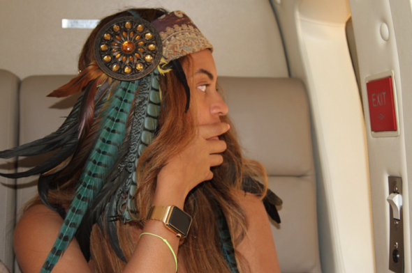 Beyoncé Knowles with her Apple Watch Edition and solid golf custom Link Bracelet