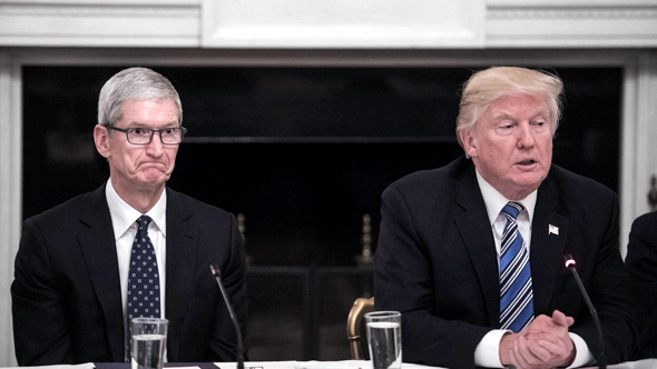 Apple CEO Tim Cook (left) and U.S. President Donal Trump at  American Technology Council meeting on June 19, 2017 (photo:  Nicholas Kamm/AFP/Getty)