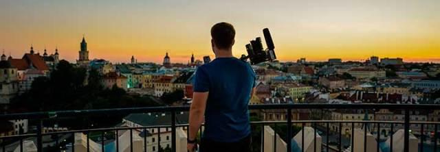 Cineasta mirando al horizonte